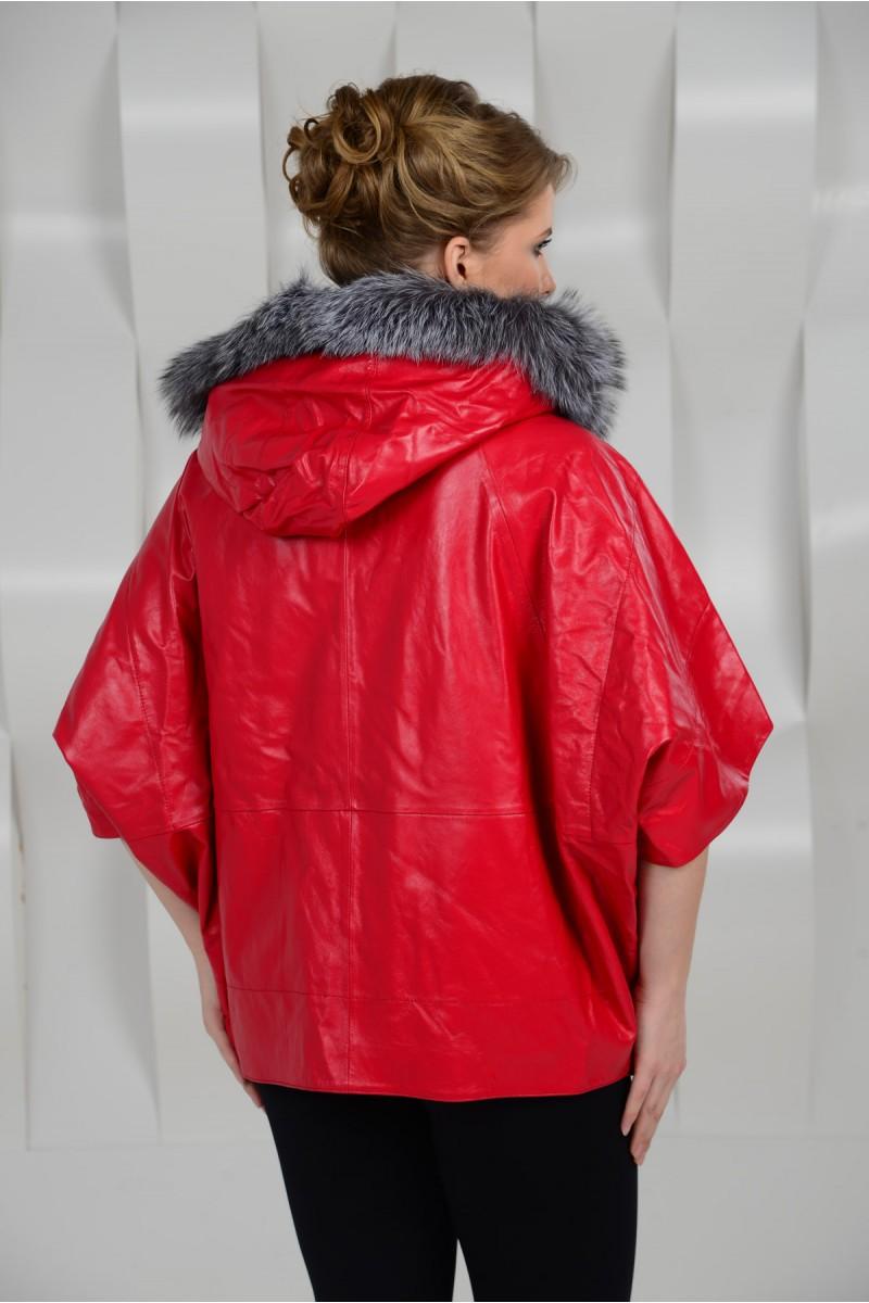 Красная кожаная куртка с капюшоном