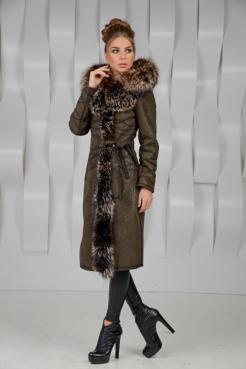 Женская дубленка украшенная мехом