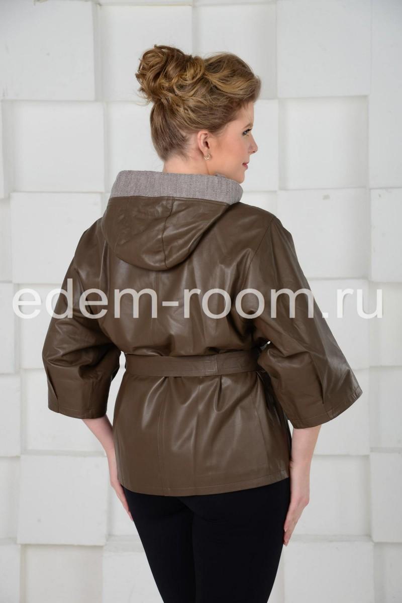 Коричневая куртка с капюшоном