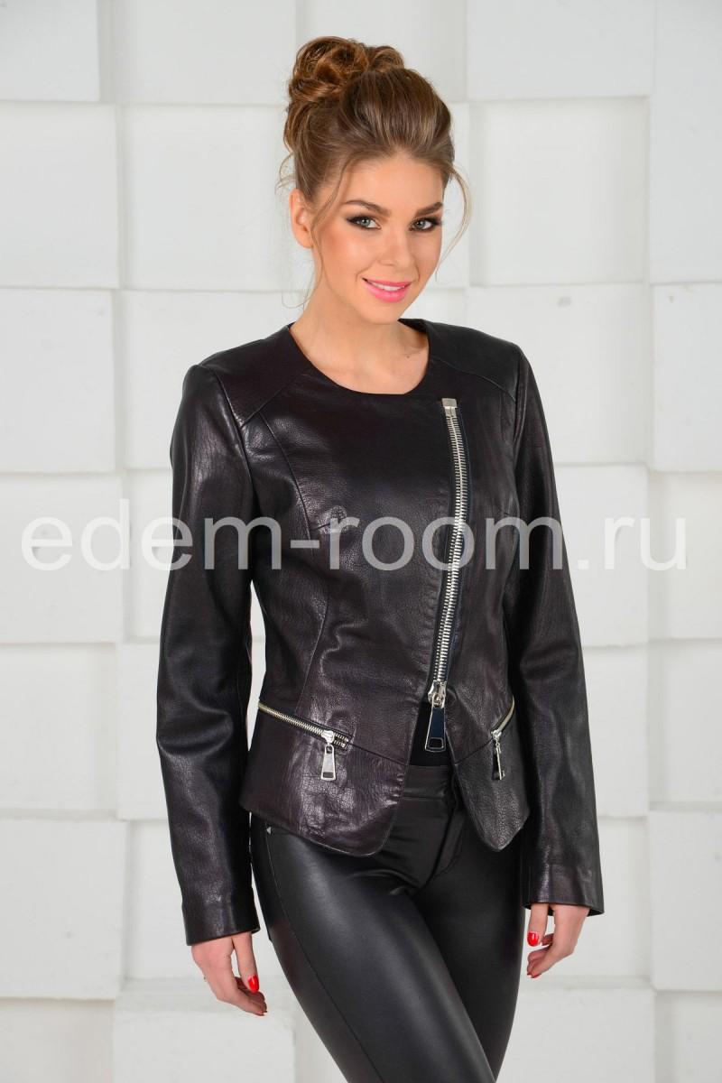 Чёрная кожаная куртка на молнии