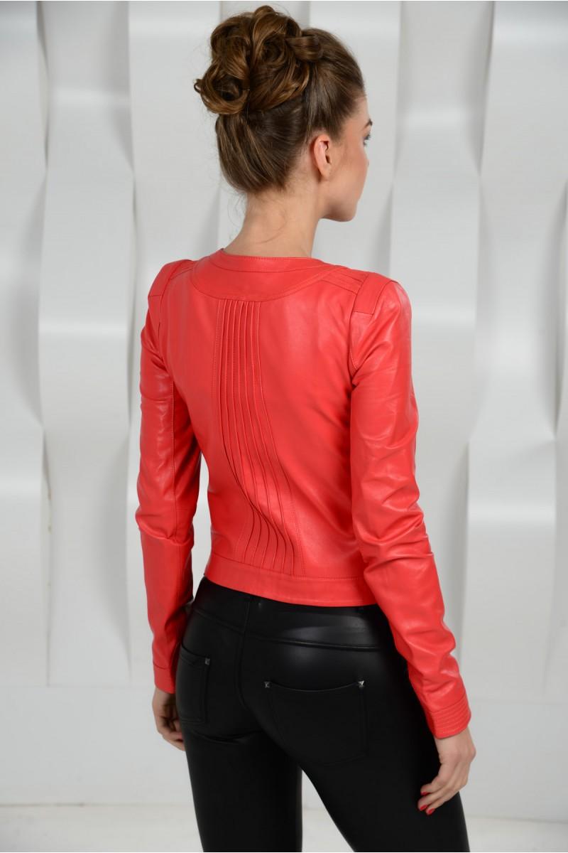 Красная кожаная куртка на весну