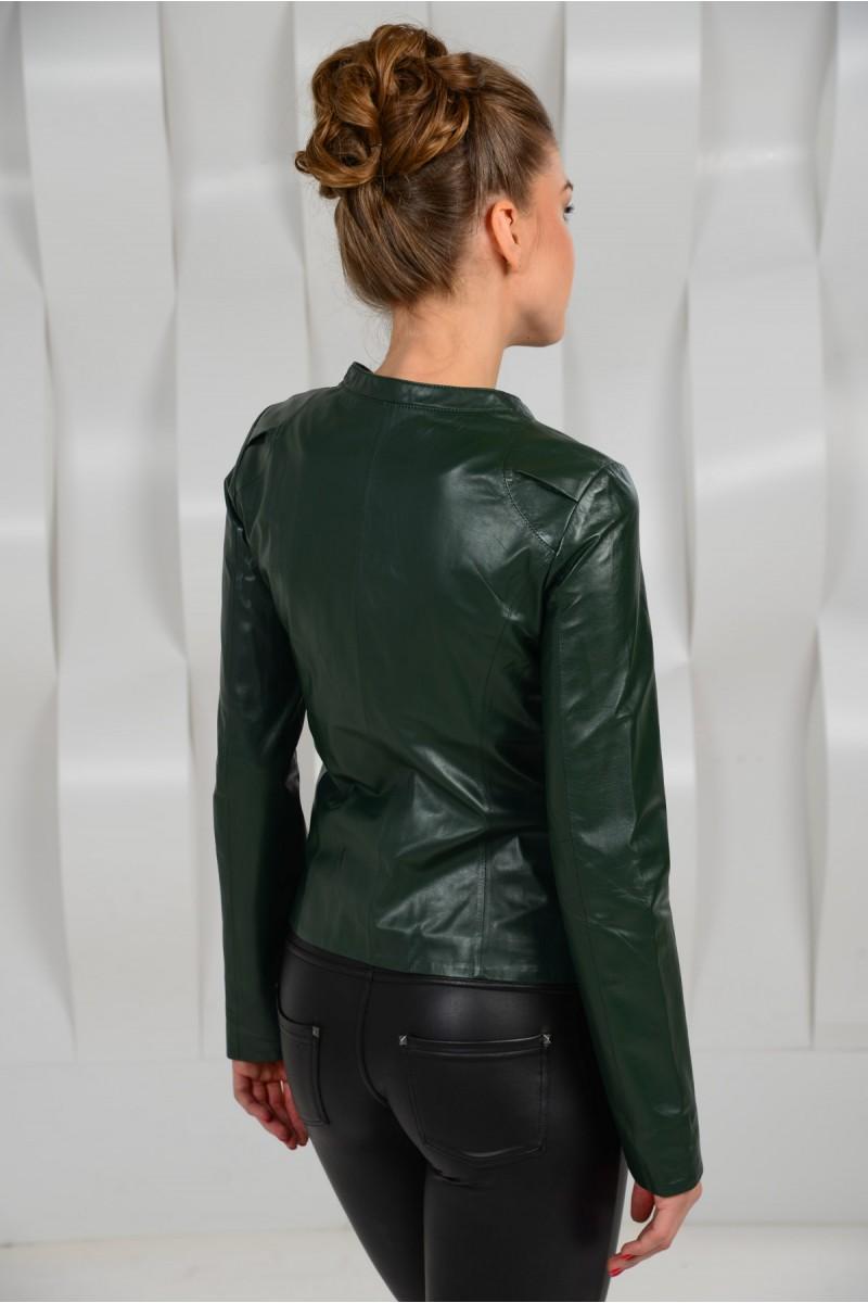 Зелёная кожаная куртка.