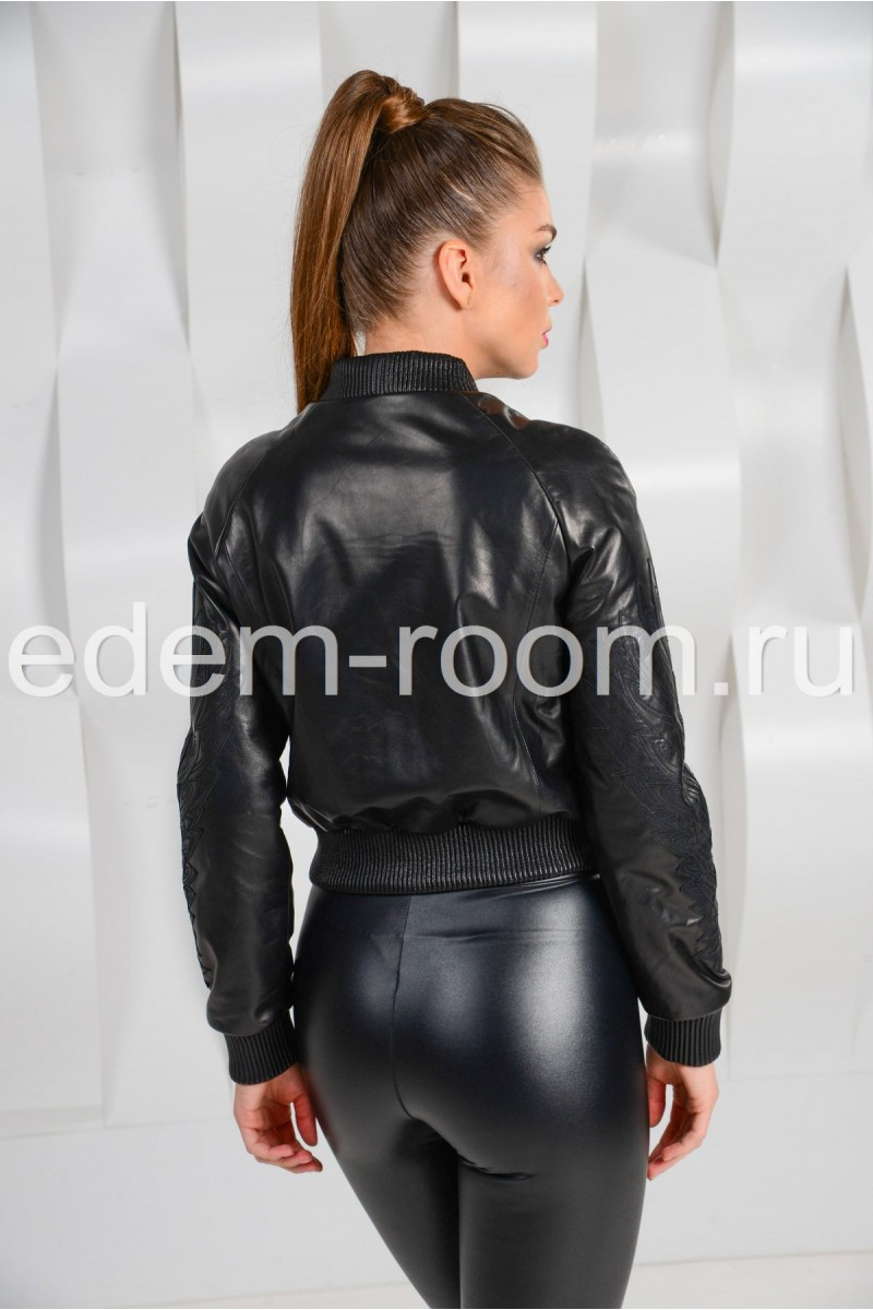 Короткая кожаная куртка - бомбер