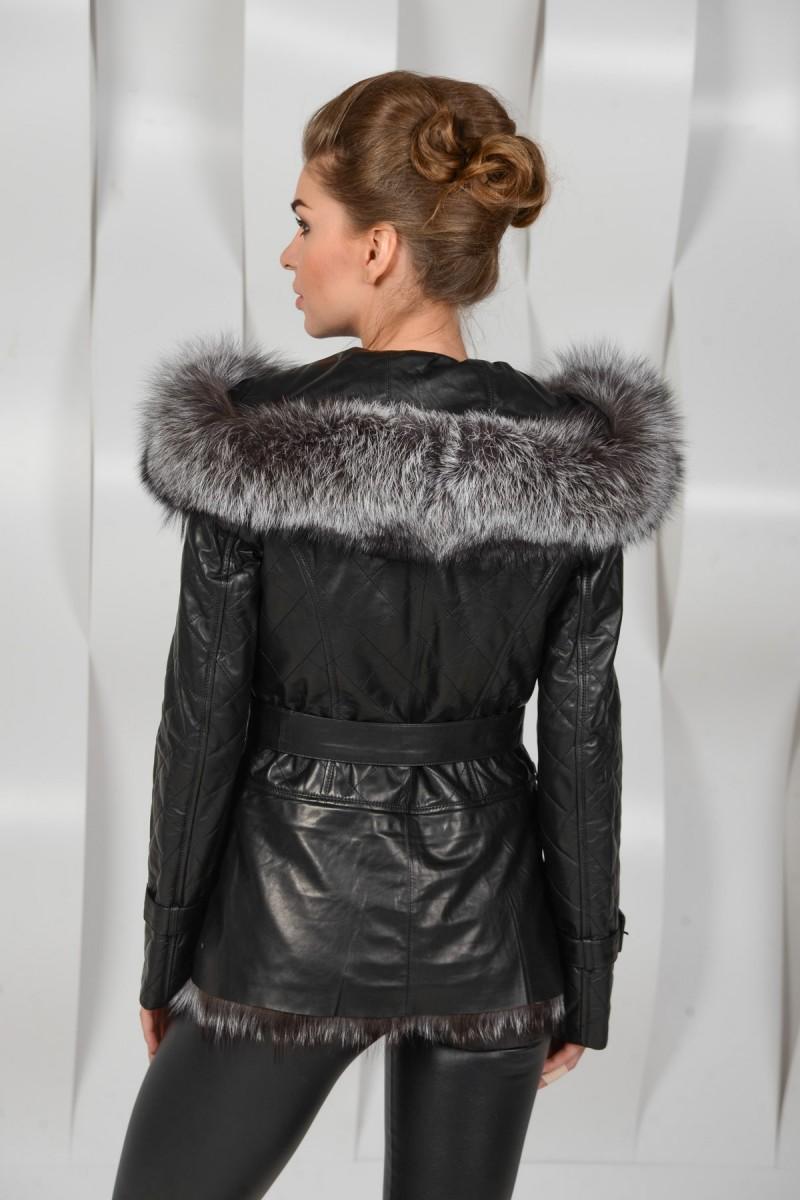 Зимняя куртка с  капюшоном украшенный мехом