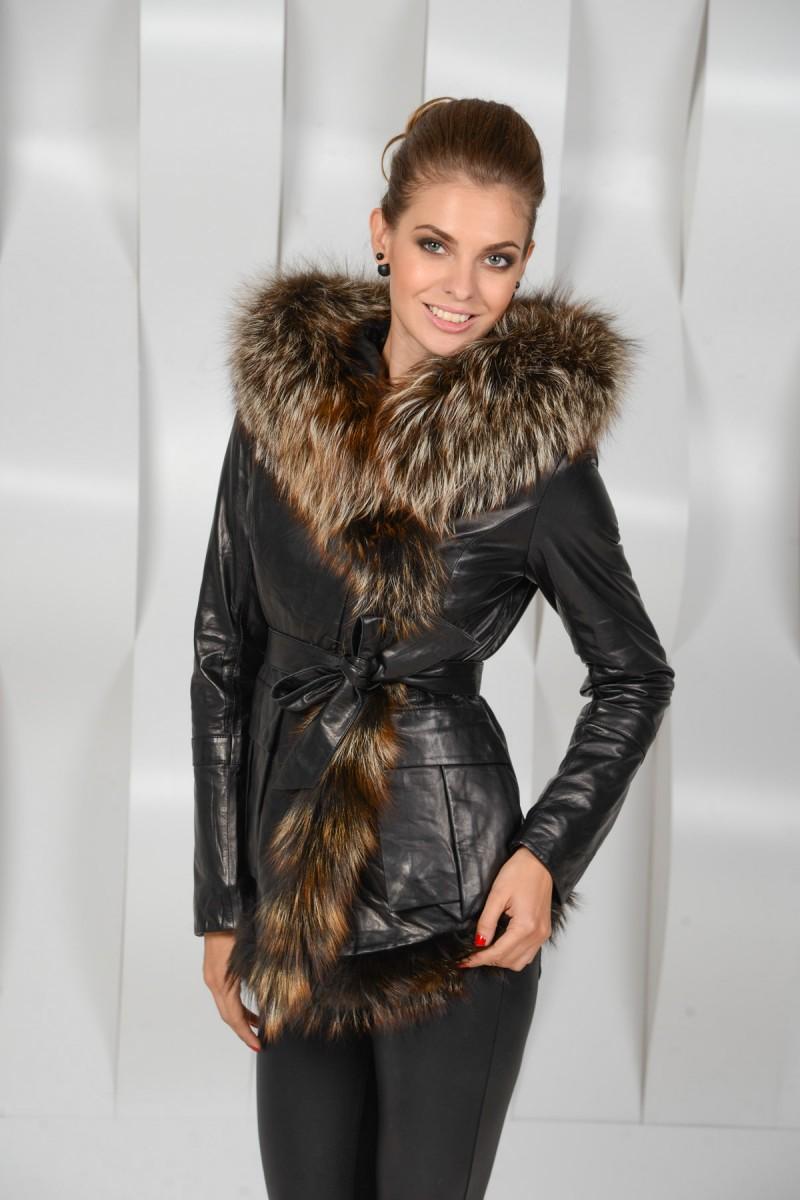 Зимняя кожаная куртка  украшенная мехом лисы