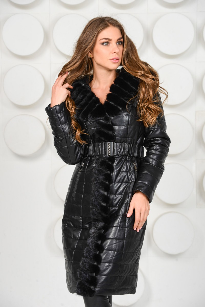 Красивое пальто украшенное мехом норки