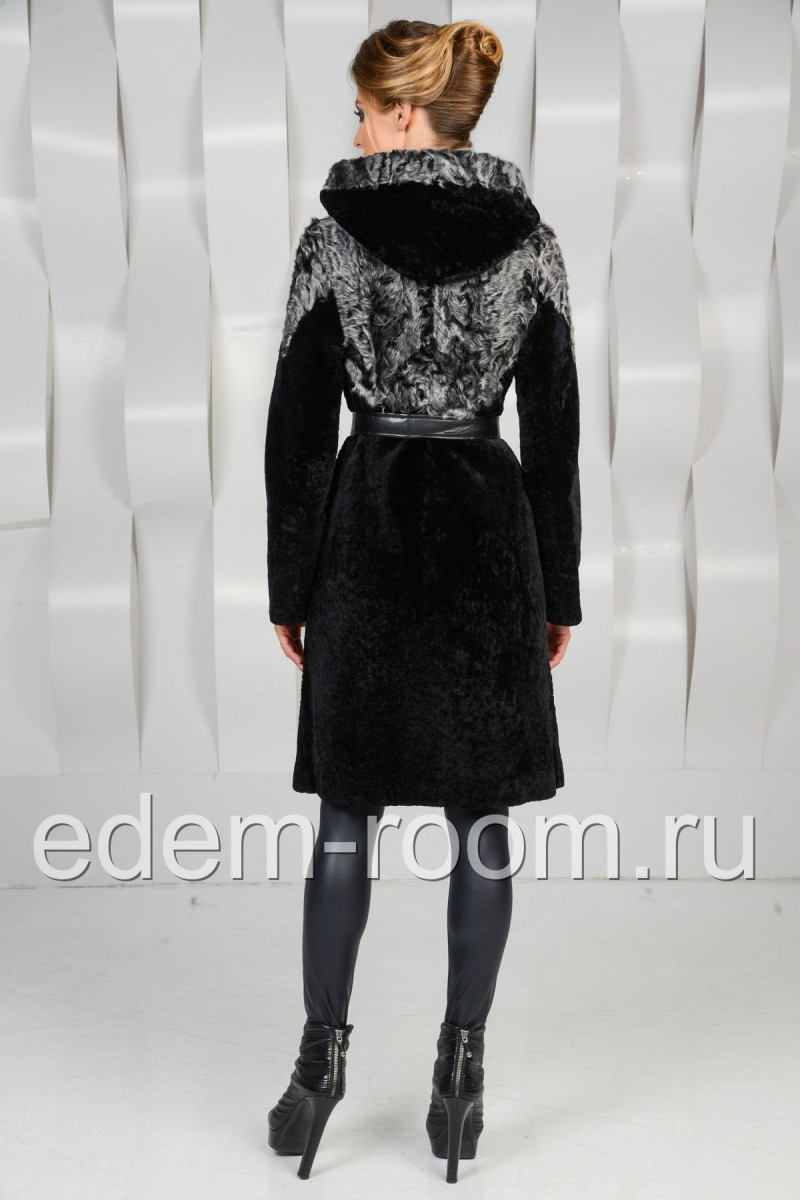 Шуба из мутона черная украшенная мехом козы