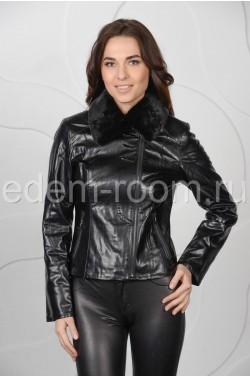 Чёрная куртка из эко-кожи на межсезонье
