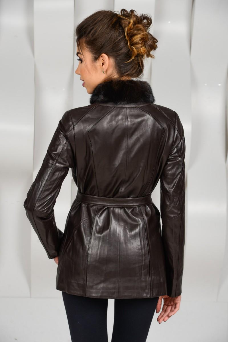 Коричневая кожаная куртка на молнии