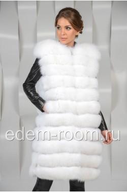 Удлинённый белый меховой жилет