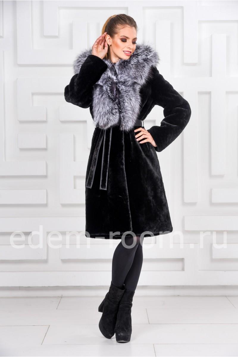 Женская шуба из мутона с меховым капюшоном