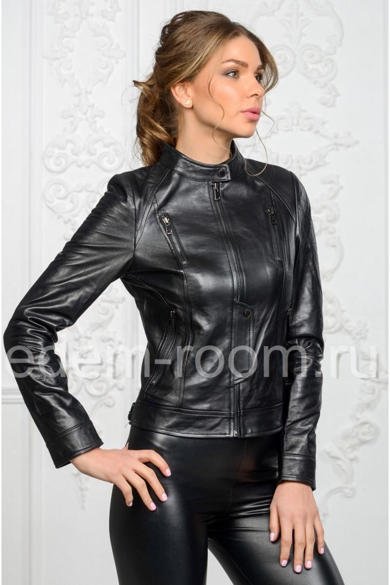 Красивая женская кожаная куртка с молниями на весну