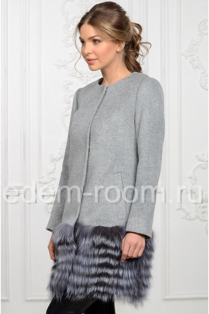 Пальто украшенное мехом