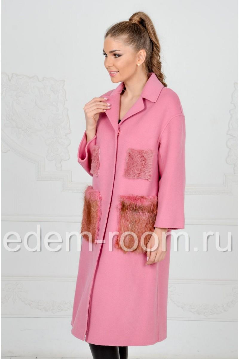 Розовое пальто с меховыми карманами