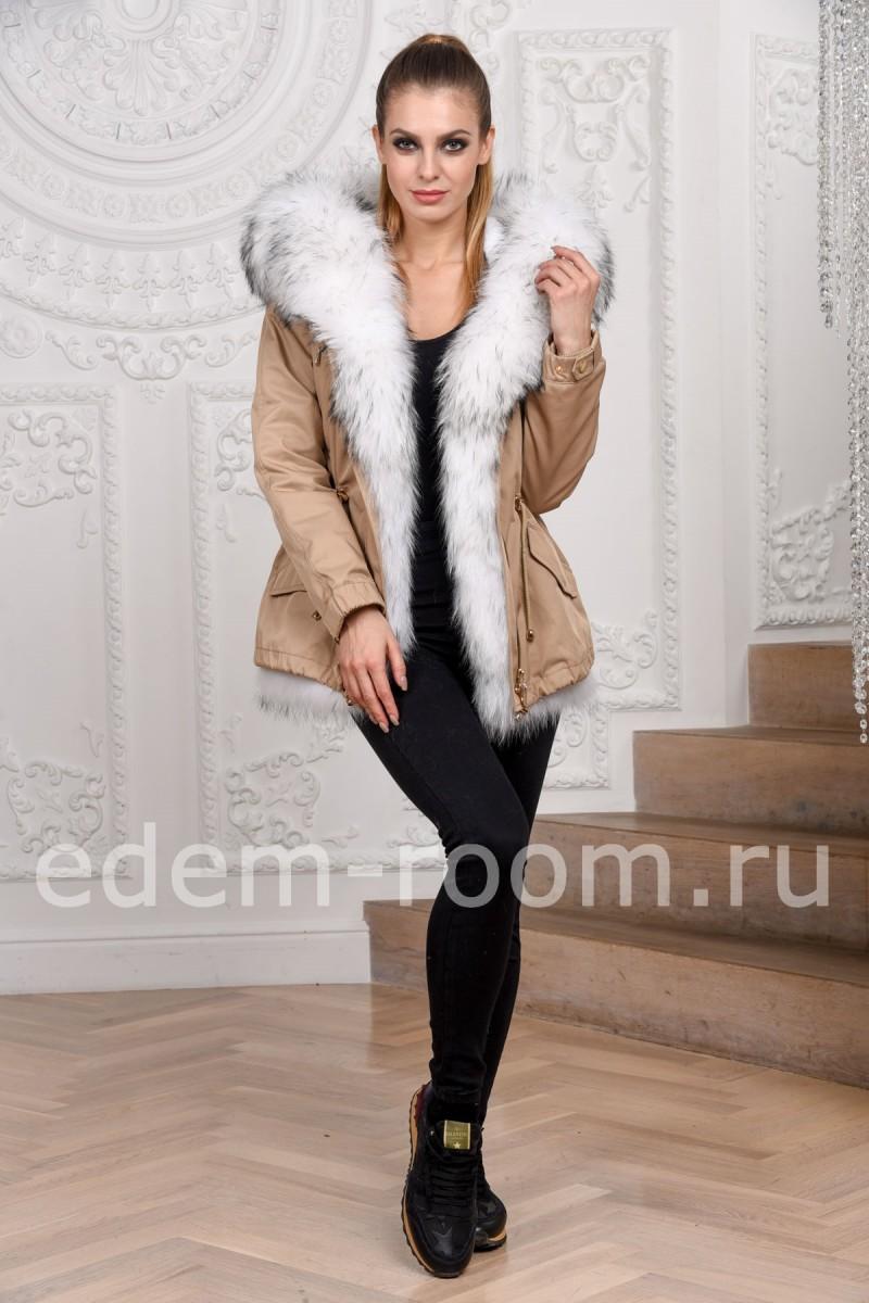 Бежевая куртка-парка с мехом енота