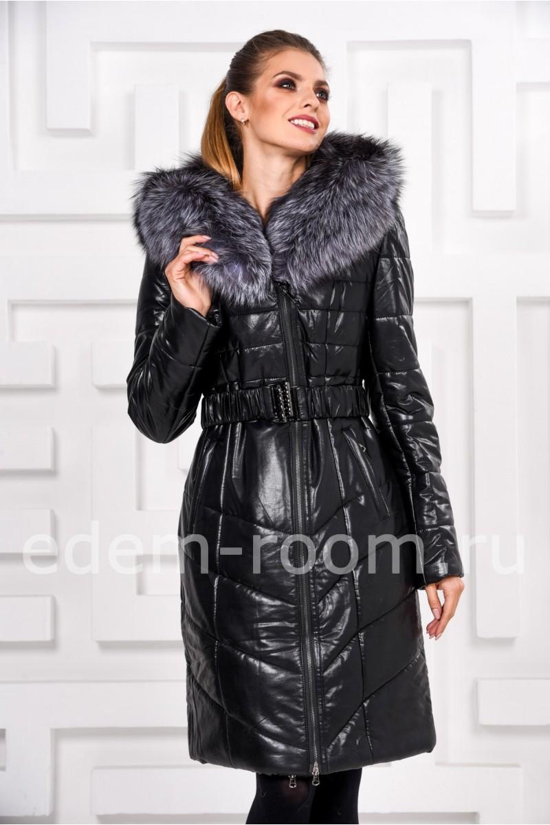 Утеплённое пальто из экокожи с меховым капюшоном