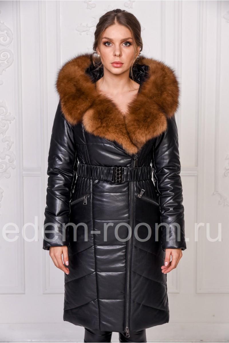 Женское пальто из экокожи с меховым капюшоном