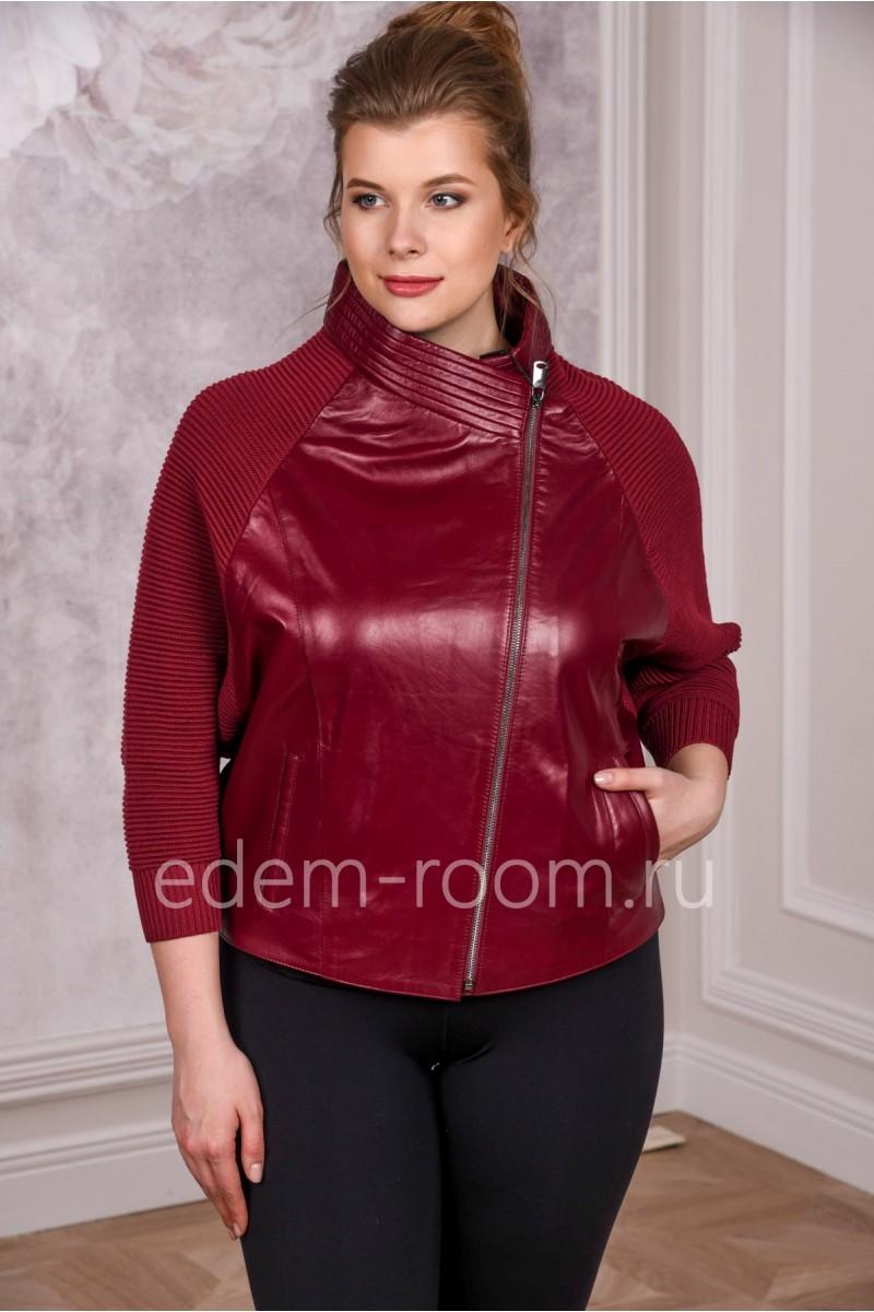 Яркая красная кожаная куртка