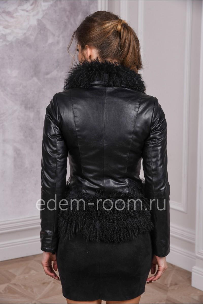 Укороченная куртка из эко-кожи на межсезонье