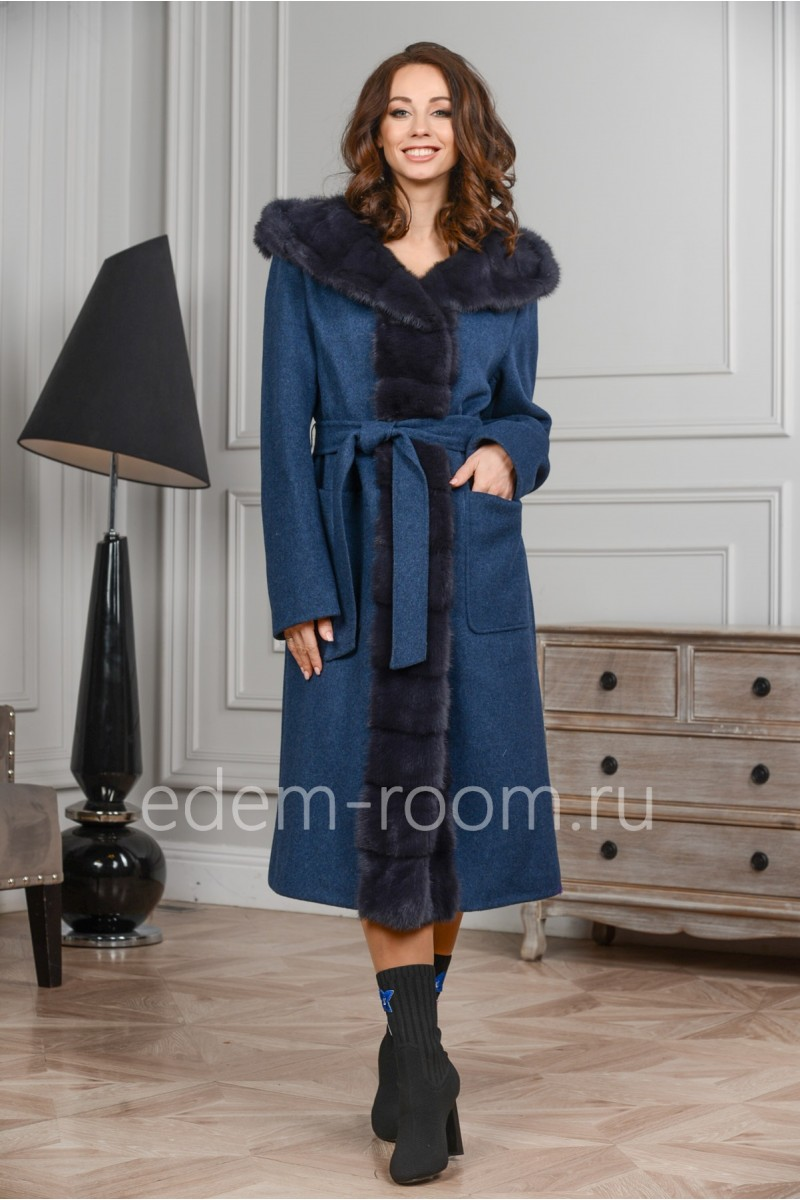 Шерстяное пальто с меховым капюшоном