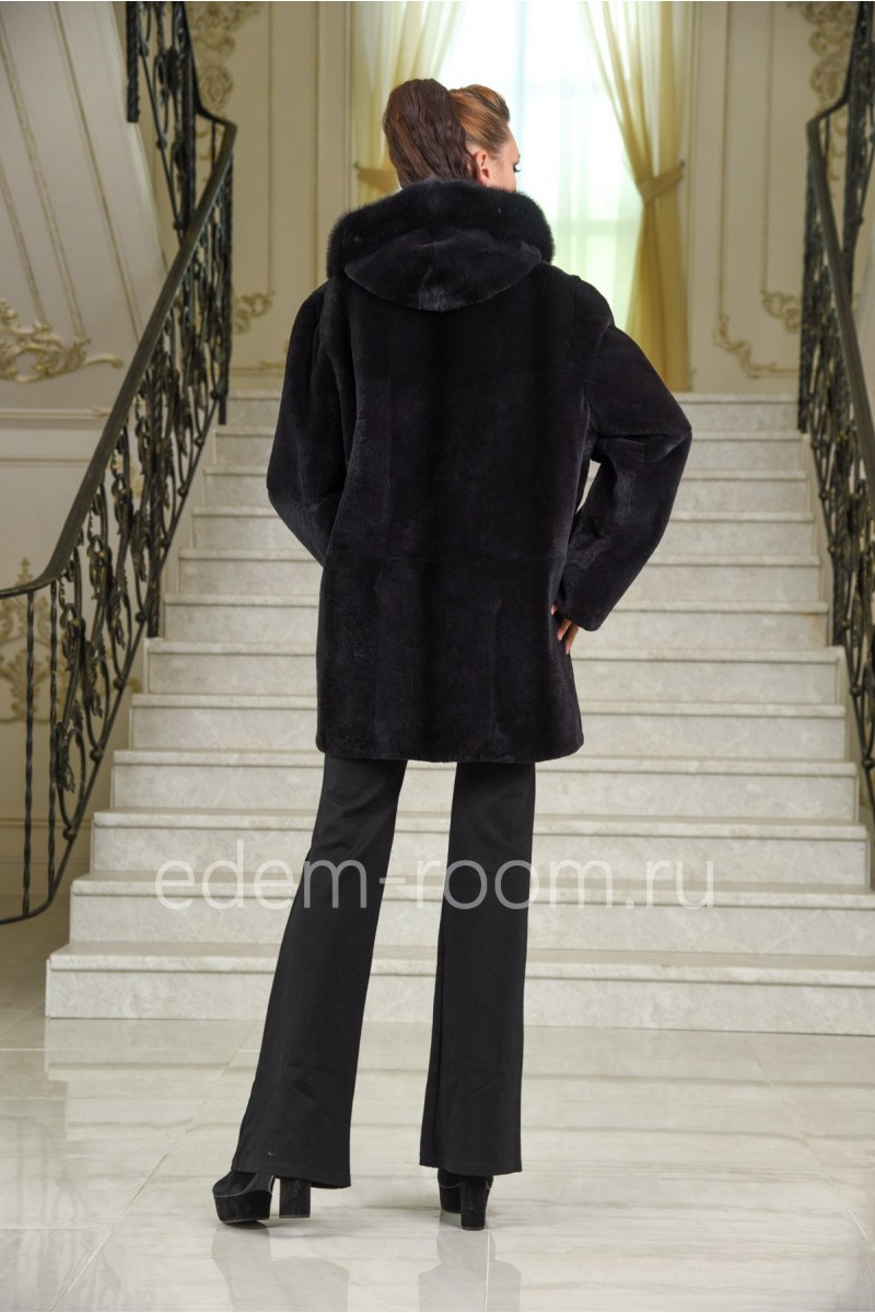 Женская шуба с капюшоном из стриженного бобрика