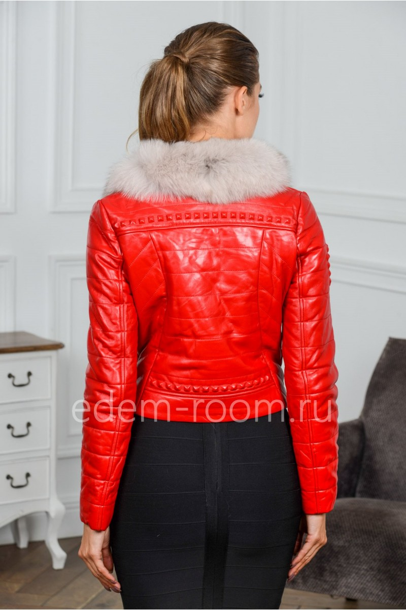 Красная кожаная куртка с меховым воротником
