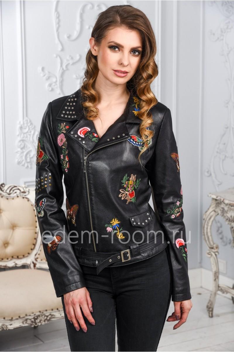 Женская кожаная куртка черного цвета с вышивкой