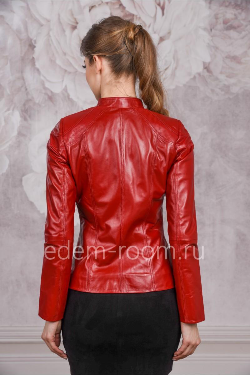 Куртка из кожи красного цвета