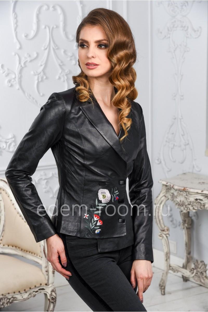 Женская кожаная куртка - пиджак с вышивкой