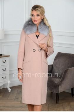 Модное пальто с меховым воротником