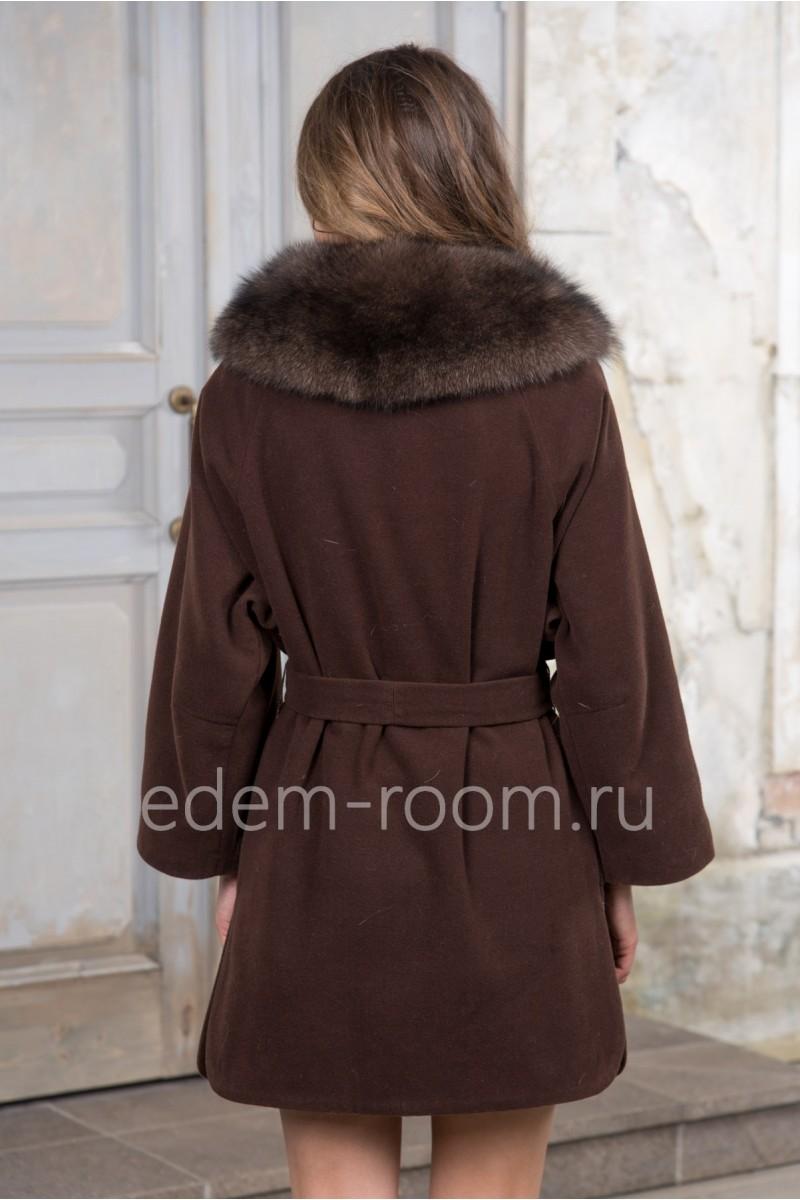 Демисезонное пальто отороченное мехом песца