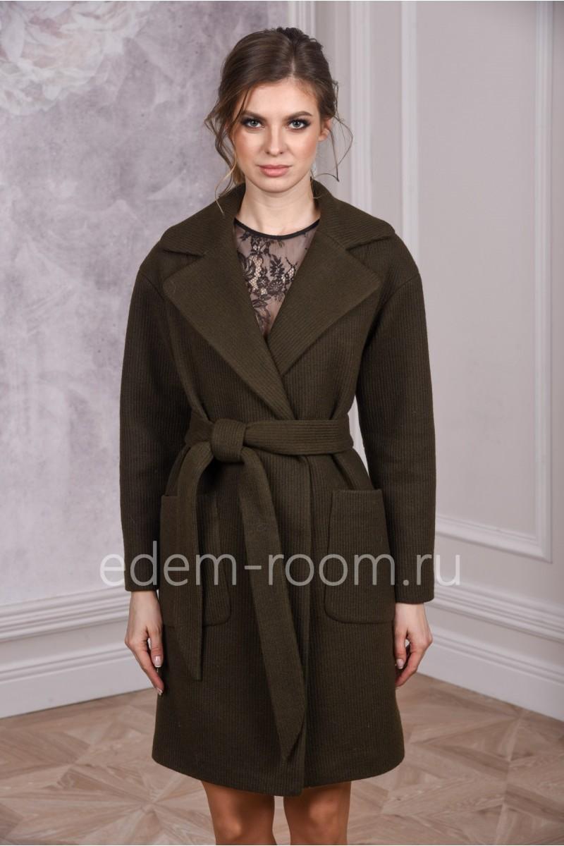 Женское пальто с английским воротником