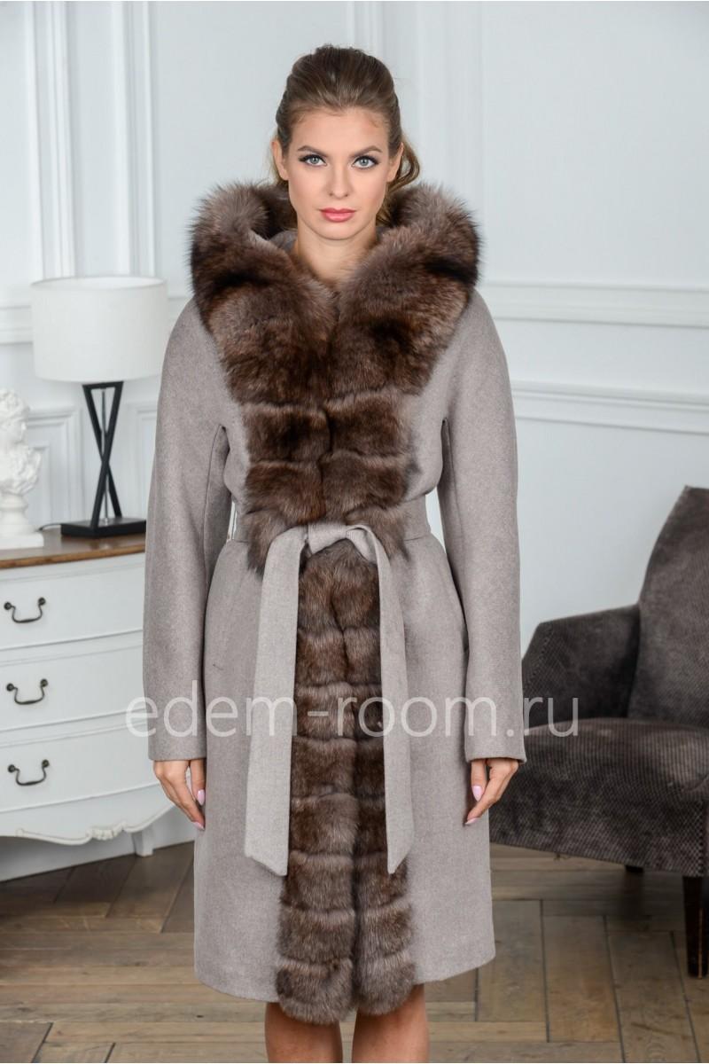 Шерстяное пальто с капюшоном и мехом