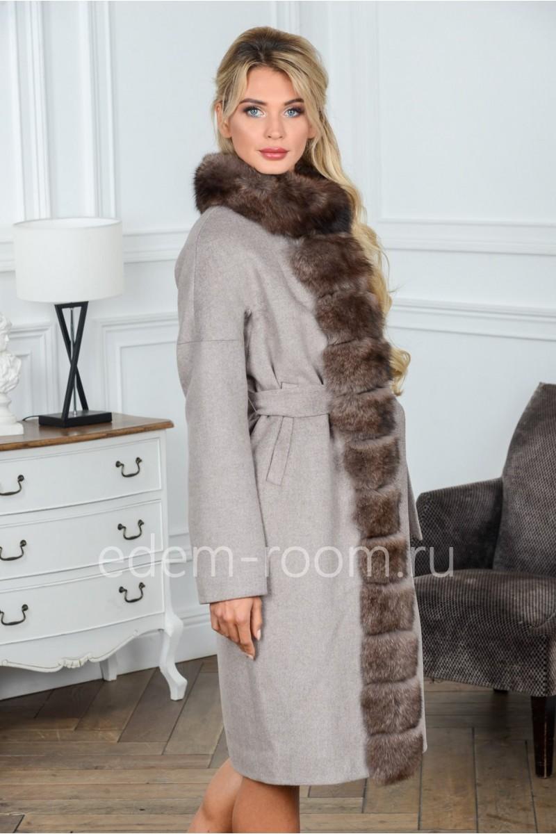 Пальто из шерсти украшенное мехом песца