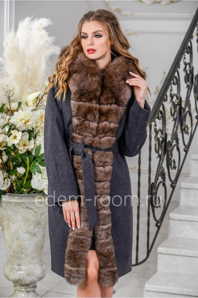 Пальто украшенное мехом песца