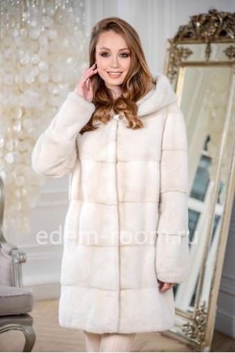 Красивая норковая шуба белого цвета с капюшоном