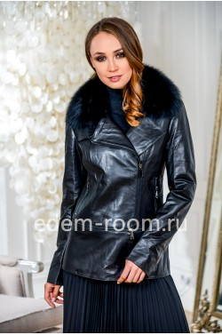 Осенняя кожаная куртка с меховым воротником