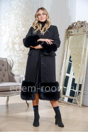 Чёрное пальто с мехом финского песца