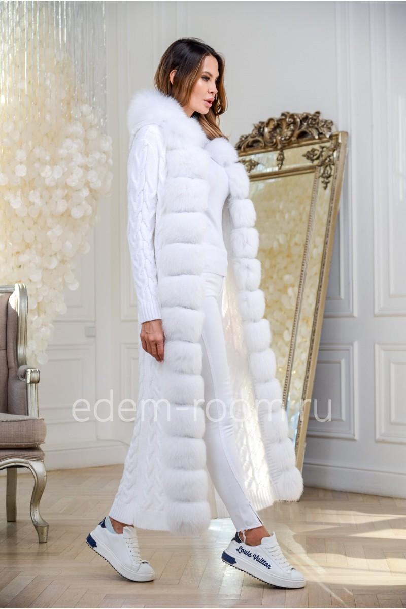 Белое вязаное пальто с мехом финского песца