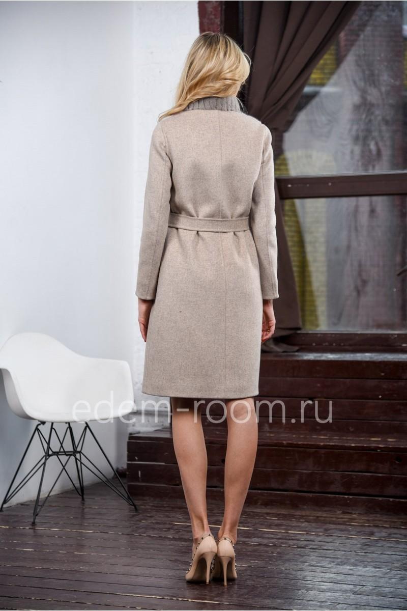 Пальто отороченное мехом норки
