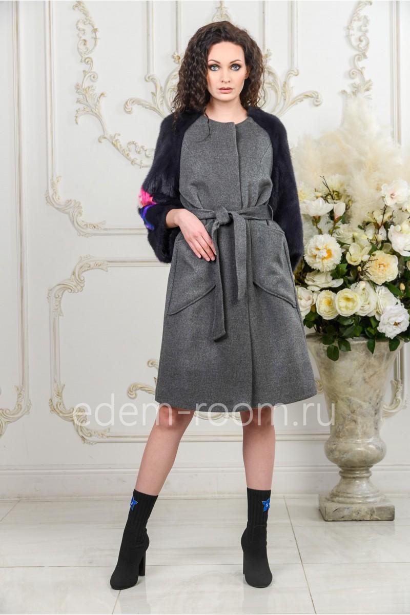 Модное пальто с меховыми рукавами