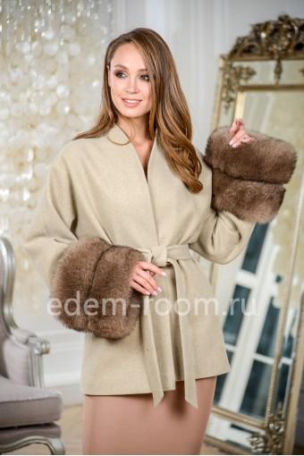 Пальто с меховыми манжетами