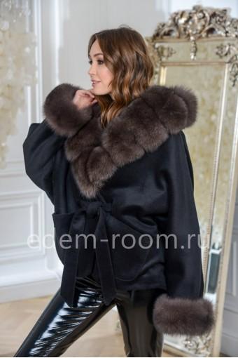 Модное пальто с меховым капюшоном