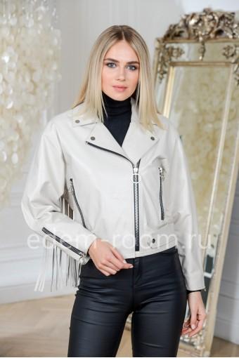 Модная куртка кожаная белого цвета укороченная