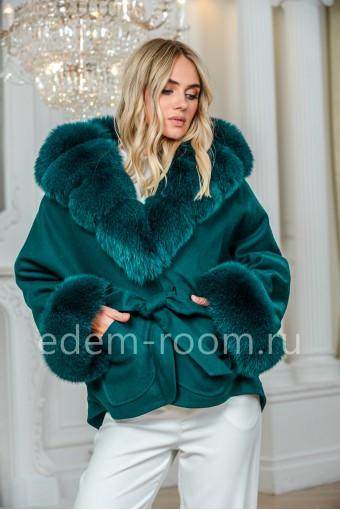 Кроткое пальто с меховым капюшоном