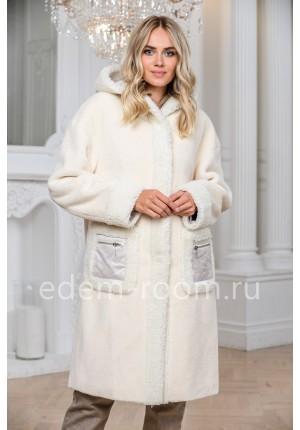 Белое утеплённоепальто из шерсти с капюшоном