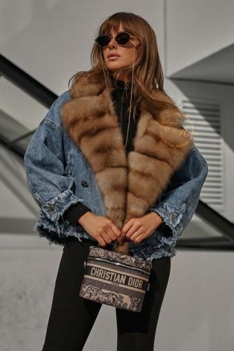 Джинсовая куртка с меховым воротником из куницы
