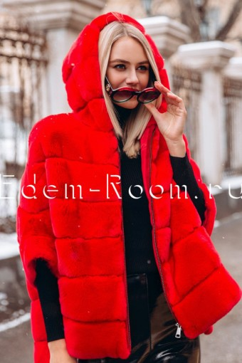 Красная кофта из рекса с капюшоном