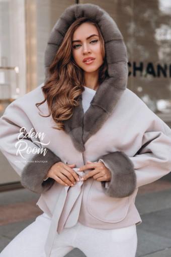Нежное пальто -пончо с меховым капюшоном