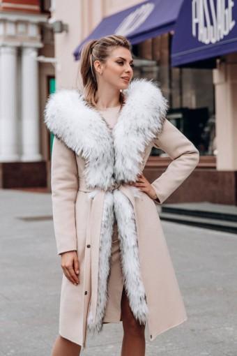 Светлое пальто с шикарным мехом енота